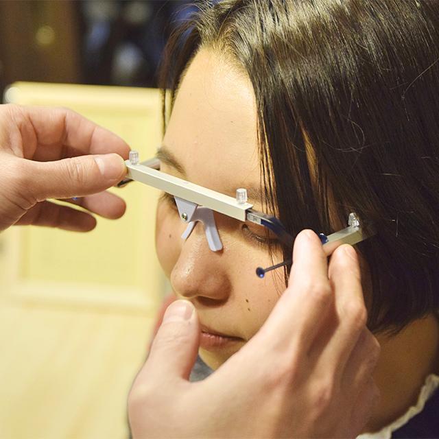 写真:オーダーメイドメガネ サイズ測定
